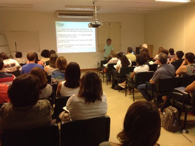 Professora Maria Filomena Xavier Mendes coordenadora dos Cursos da ABRAH em Niterói no auditório da Faculdade de Medicina da UFF, apresentando com muito entusiasmo a aula inaugural para novas turmas no dia 12 de abril.